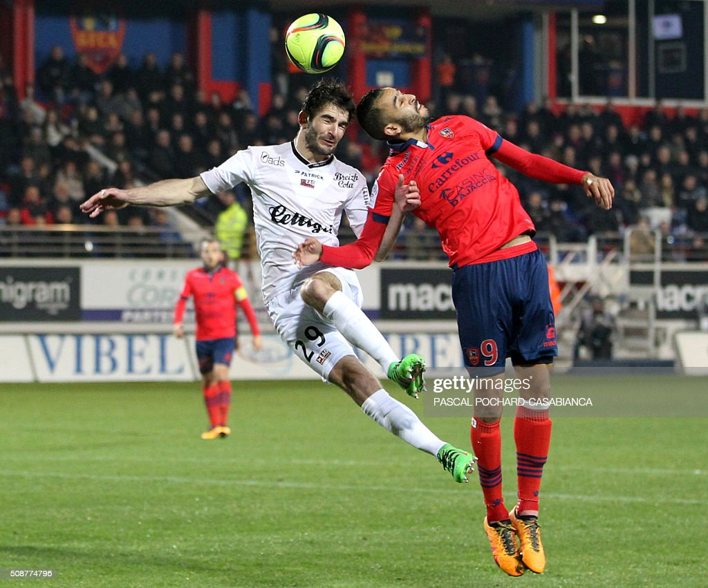 Guingamp's French midfielder Christophe Kerbrat (L) vies with Ajaccio's French forward Khalid Boutaib during the L1 football match between Gazelec Ajaccio (GFCA) and Guingamp (EAG) on February 6, 2016, at the Ange Casanova stadium in Ajaccio, on the French Mediterranean island of Corsica. AFP PHOTO / PASCAL POCHARD-CASABIANCA / AFP / PASCAL POCHARD-CASABIANCA