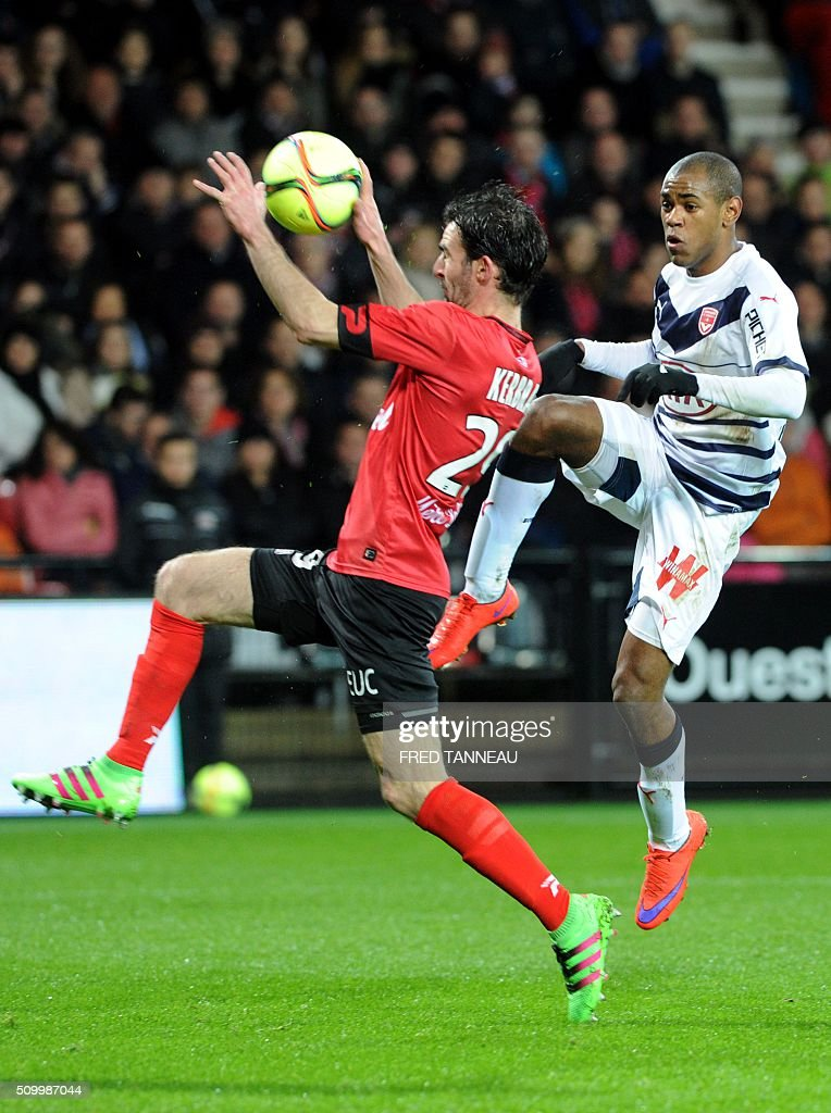 Guingamp's French midfielder Christophe Kerbrat (L) vies with Bordeaux's Uruguyan forward Diego Rolan during the French L1 football match Guingamp against Bordeaux on February 13, 2016 at the Roudourou stadium in Guingamp, western France. / AFP / FRED TANNEAU
