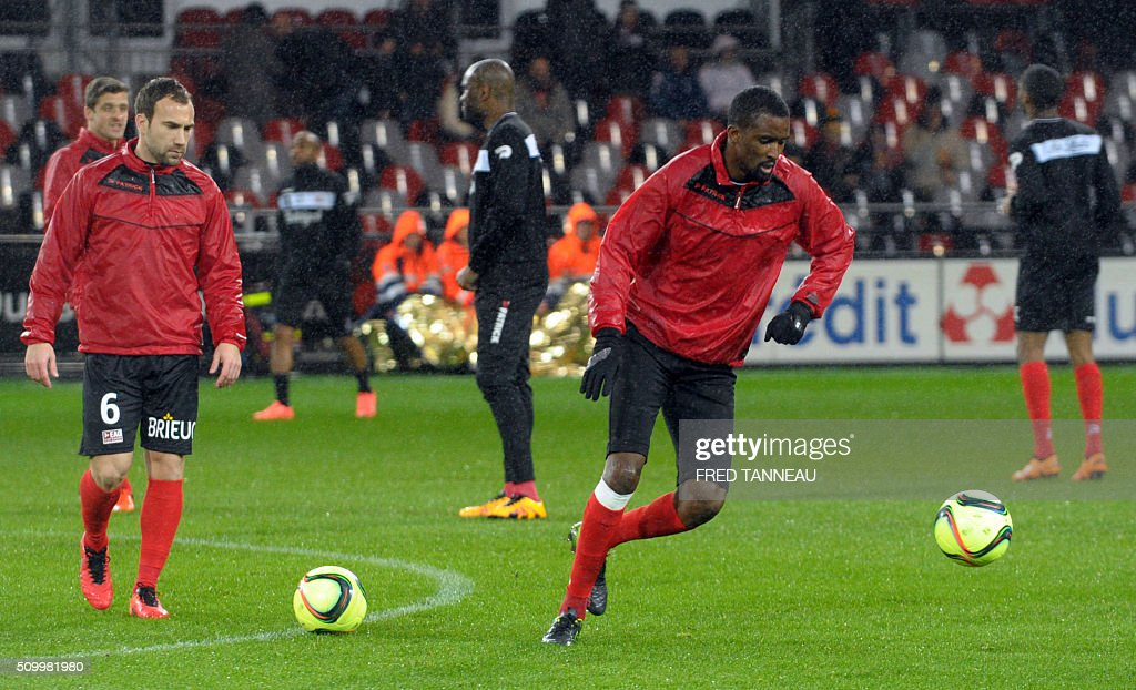 Guingamp's players warm up ahead of the French L1 football match Guingamp against Bordeaux on February 13, 2016 at the Roudourou stadium in Guingamp, western France. / AFP / FRED TANNEAU