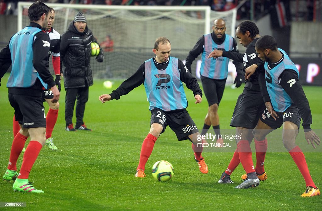 Guingamp's players warm up prior to the French L1 football match between Guingamp and Bordeaux on February 13, 2016 at the Roudourou stadium in Guingamp, western of France. AFP PHOTO FRED TANNEAU / AFP / FRED TANNEAU