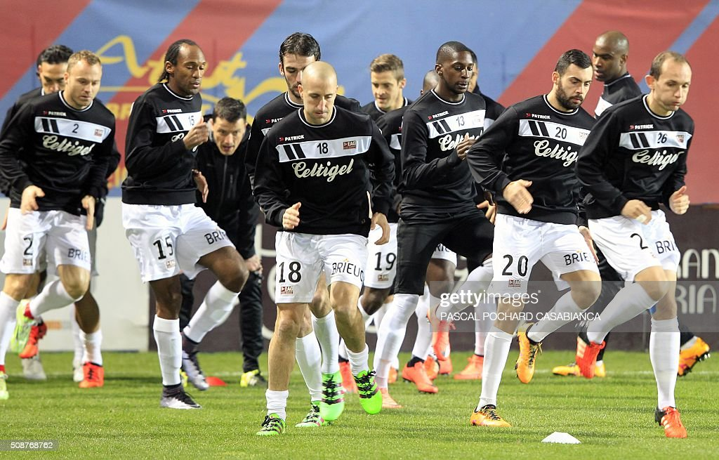 Guingamp's players warm up prior to the L1 football match between Gazelec Ajaccio (GFCA) and Guingamp (EAG) on February 6, 2016, at the Ange Casanova stadium in Ajaccio, French Mediterranean island of Corsica. AFP PHOTO / PASCAL POCHARD CASABIANCA / AFP / PASCAL POCHARD CASABIANCA