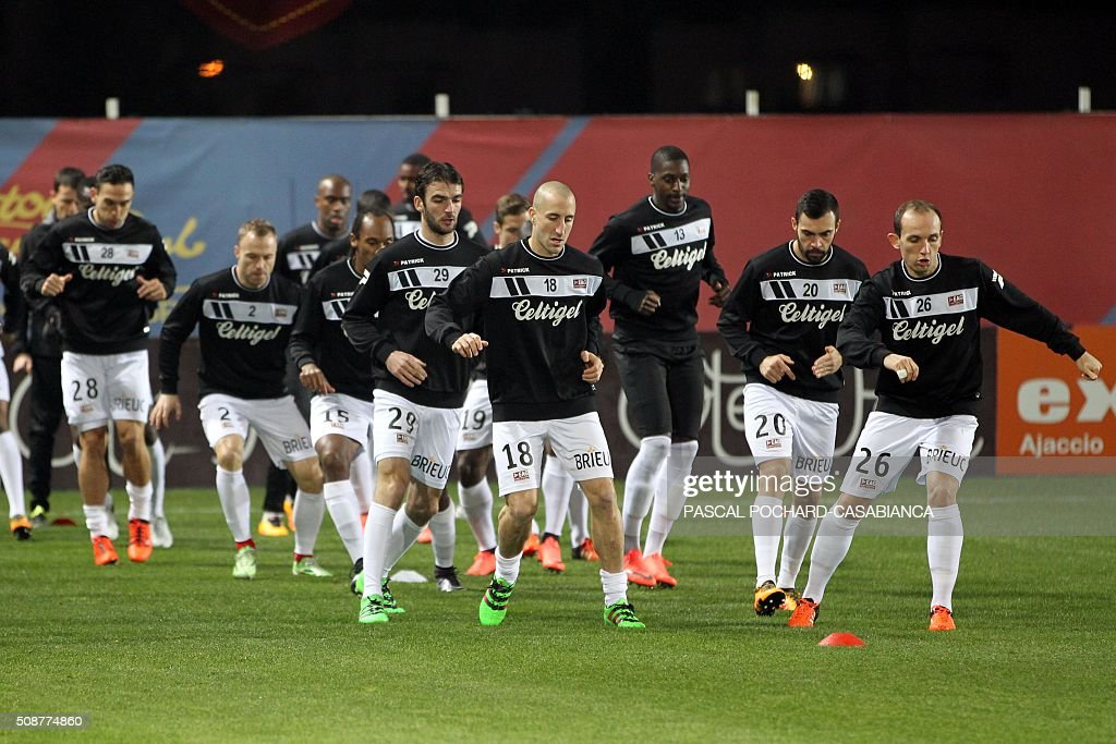 Guingamp's players warm up prior to the L1 football match between Gazelec Ajaccio (GFCA) and Guingamp (EAG) on February 6, 2016, at the Ange Casanova stadium in Ajaccio, French Mediterranean island of Corsica. AFP PHOTO / PASCAL POCHARD CASABIANCA / AFP / PASCAL POCHARD-CASABIANCA
