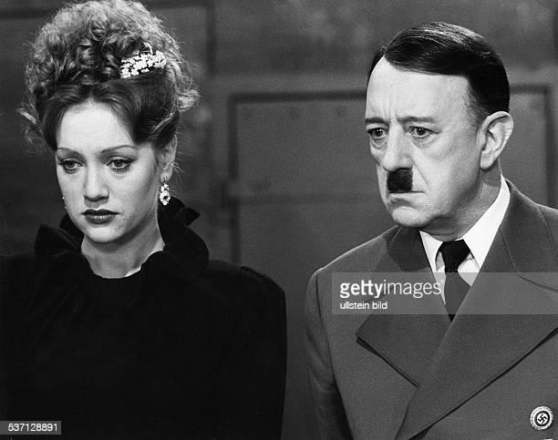 Guinness Sir Alec Schauspieler GB mit Doris Kunstmann als 'Eva Braun' in dem Film 'Hitler die letzten zehn Tage' 1972
