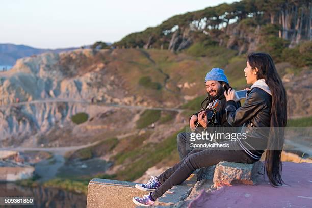 Gitarrenspieler seine Mädchen Freund Sutro Bäder in San Francisco