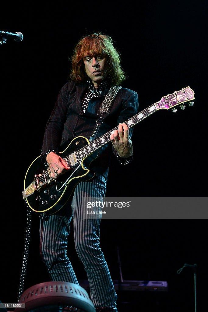 Guitar player Jody Porter of Fountains of Wayne performs at Sands Bethlehem Event Center on October 11, 2013 in Bethlehem, Pennsylvania.