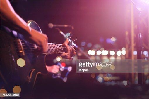 Guitarrista en el escenario plano, suave y de desenfoque concepto : Foto de stock