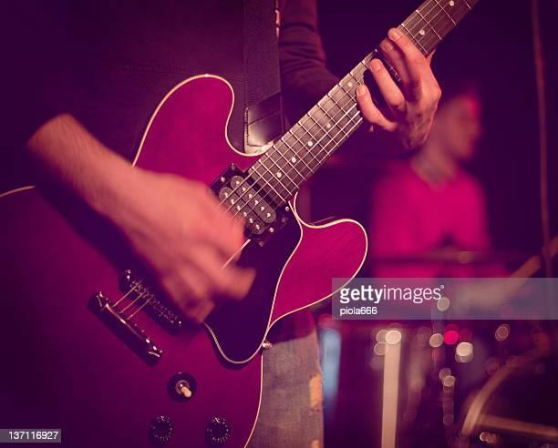 Guitarrista tocando guitarra