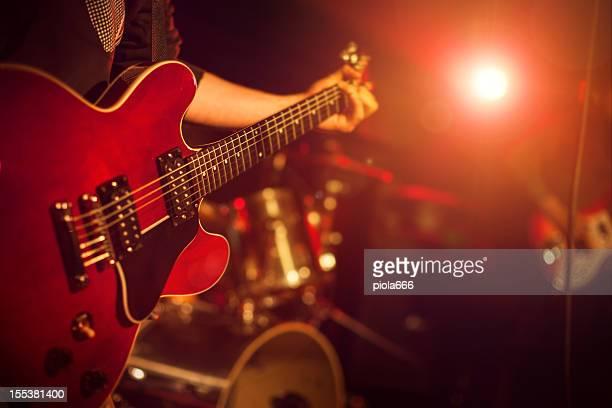 ギタリストがギターを弾いている