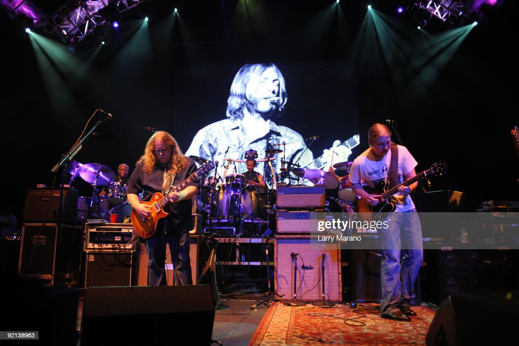Guitarists warren haynes l and derek trucks of the allman brothers