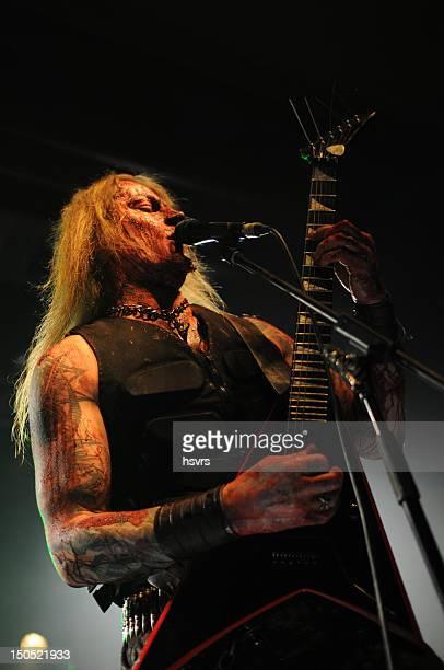 guitarrist y vocalist de banda de metal en club concierto
