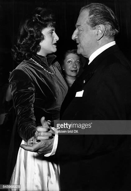 Guitry Sacha *21021885Schauspieler Regisseur Autor Frankreich tanzt mit seiner fuenften und letzten EhefrauLana Marconi November 1949