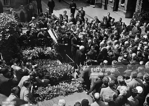 Guitry Sacha *21021885Schauspieler Regisseur Autor Frankreich Trauerfeier fuer SG auf dem Friedhof von Montmartre Paris In der Menschenmenge die...