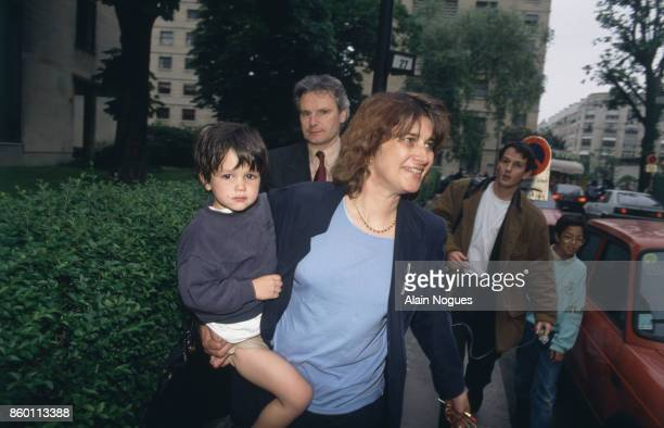 Gunman seized 20 children and the teacher in nursery school – Mother with released child at the end of the day Neuilly sur Seine 13 mai 1993