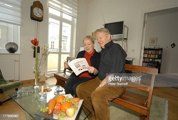 Gunnar Möller Ehefrau Christiane Hammacher Homestory Berlin Deutschland Europa Wohnzimmer Ehemann HolzBank GlasTisch Obst ObstSchale Buch von L O R I...