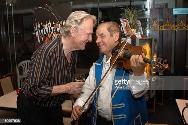 Gunnar Möller ungarischer Geiger Geburtstagsfeier von Gunnar Möller München 2962003 ungarisches Restaurant Wein Geige spielen Musiker Musikinstrument...