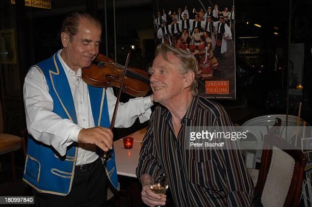 Gunnar Möller ungarischer Geiger Geburtstagsfeier von Gunnar Möller München 2962003 Geburtstag ungarisches Restaurant feiern Feier Glas Rotwein Geige...