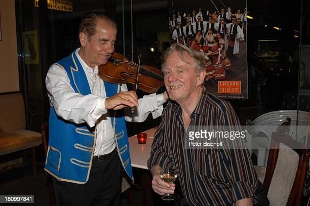Gunnar Möller ungarischer Geiger Geburtstagsfeier von Gunnar Möller München 2962003 Geburtstag ungarisches Restaurant feiern Feier Glas Wein Geige...