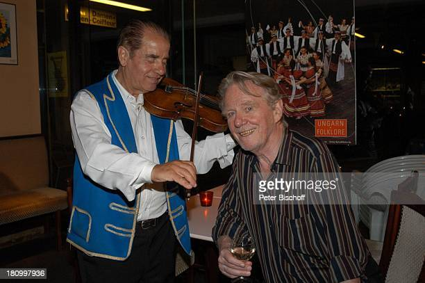 Gunnar Möller ungarischer Geiger Geburtstagsfeier von Gunnar Möller München 2962003 Geburtstag ungarisches Restaurant feiern Feier Wein Geige spielen...