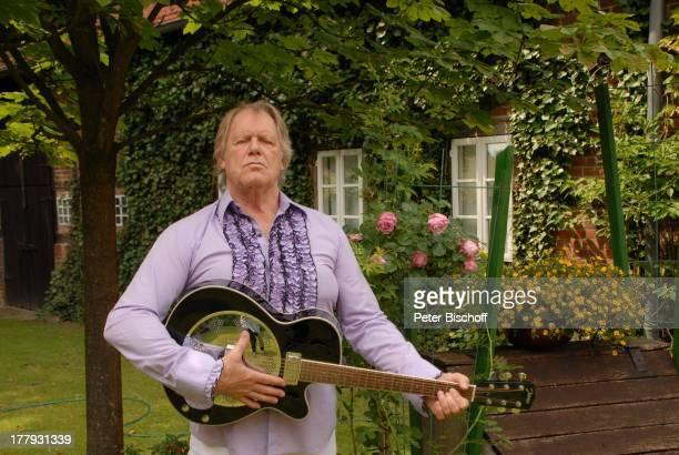 Gunter Gabriel mit Gitarre vor Büro und Wohnhaus von R i c h a r d W e i z e Vollersode Niedersachsen Deutschland Europa Instrument Musikinstrument...
