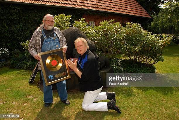 Gunter Gabriel Richard Weize mit nachträglichem Geschenk zum 70 Geburtstag von GGabriel mit GoldLP 'Johnny Cash at San Quentin' von 1969 vor Wohnhaus...