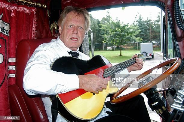 Gunter Gabriel Truck Store Niebel Schloß HolteStukenbrock Deutschland ProdNr 1113/2006 amerikanischer Truck Gitarre am Steuer sitzen Countrysänger...