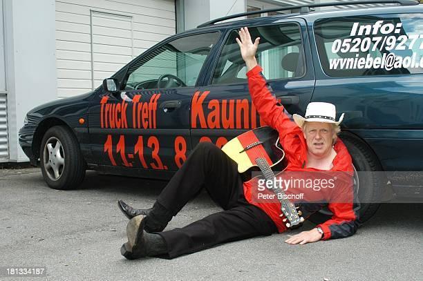 Gunter Gabriel Truck Store Niebel Schloß HolteStukenbrock Deutschland ProdNr 1113/2006 Gitarre Auto Autoaufschrift 'Truck Treff' auf dem Boden liegen...