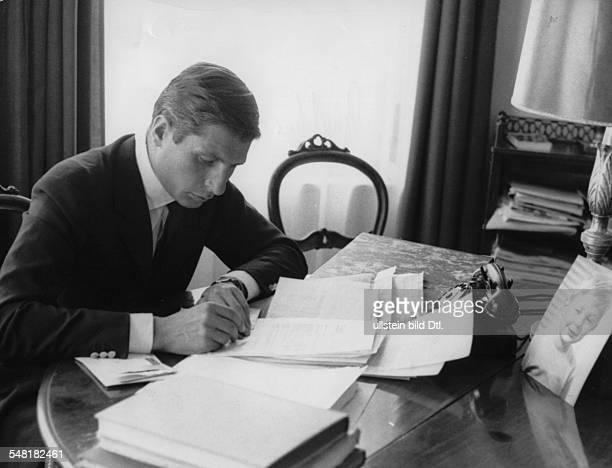 Gunter Sachs * Unternehmer Fotograf Kunstsammler Playboy D an seinem Schreibtisch etwa 60er Jahre