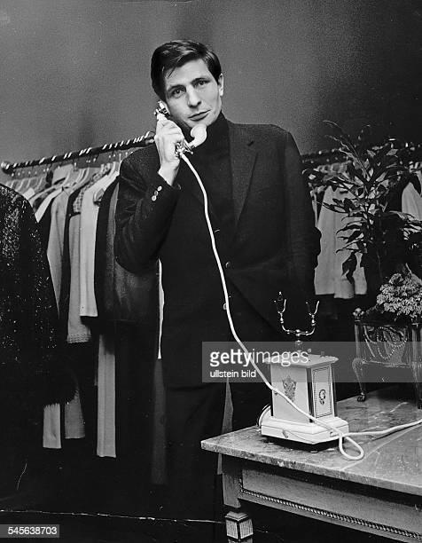 Gunter Sachs *Unternehmer Fotograf Kunstsammler Playboy D beim Telefonieren 1963