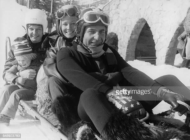 Gunter Sachs *Unternehmer Fotograf Kunstsammler Playboy D beim Schlittenfahren in St Moritz mitEhefrau Mirja und seinen Söhnen Rolf undChristian 1977