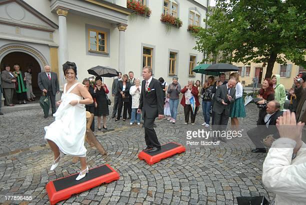 Gunther Emmerlich Ehefrau Kathrein Bräutigam Sven Hoep und Braut Elke Hoep auf LaufBrettern HochzeitsGäste nach standesamtlicher Trauung...