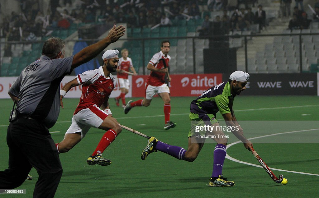Gurvinder Chandi of Delhi Waveriders going past Sandeep Singh of Mumbai Magician during Hockey India League match at Major Dhyan Chand National Stadium on January 16, 2013 in New Delhi, India.