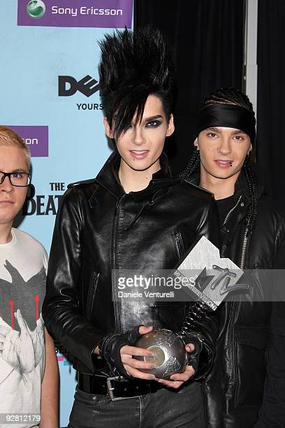 Gustav Schaefer Bill Kaulitz and Tom Kaulitz of Tokio Hotel pose with the award for Best Group at the backstage boards during the 2009 MTV Europe...