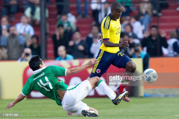 Gustavo Adrian Ramos of Colombia struggles for the ball with Christian Vargas of Bolivia during a match as part of Group A of Copa America 2011 at...