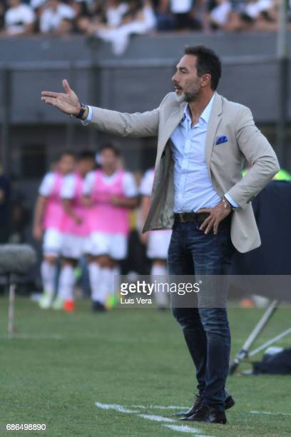 Gustavo Matosas coach of Cerro Porteño gestures during a match between Olimpia and Cerro Porteño as part of the 17th round of Torneo Apertura 2017 at...