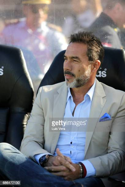 Gustavo Matosas coach of Cerro Porteño looks on prior a match between Olimpia and Cerro Porteño as part of the 17th round of Torneo Apertura 2017 at...