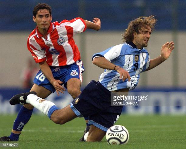 Gustavo Morinigo of Paraguay fights for the ball with Gabriel Batistuta 07 October 2001 AFP PHOTO/Daniel GARCIA