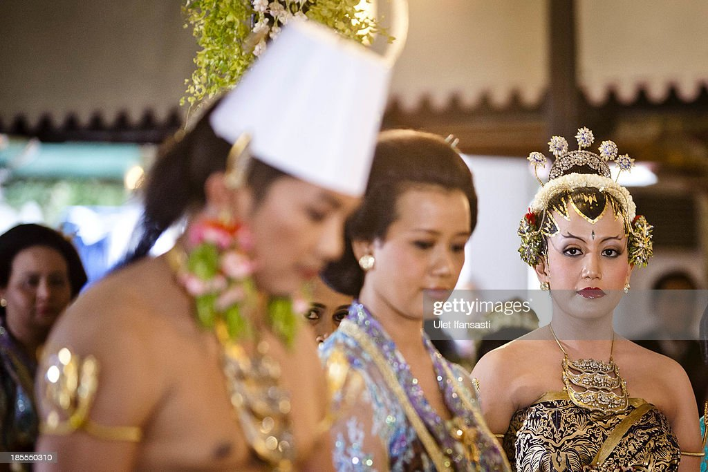 Gusti Kanjeng Ratu Hayu (R), attend in Tratag Bangsal Kencana at Kraton Palace as part of the Royal Wedding Held For Sultan Hamengkubuwono X's Daughter Gusti Ratu Kanjeng Hayu And KPH Notonegoro on October 22, 2013 in Yogyakarta, Indonesia. Wedding celebrations will take place October 21-23 October. The wedding parade will include 12 royal horse drawn carriages and will be streamed live on the internet so that it can be watched by people all over the world.