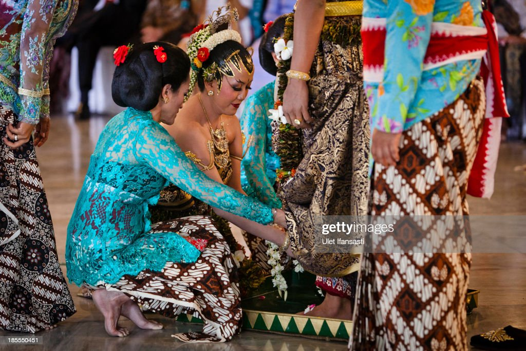 Gusti Kanjeng Ratu Hayu (C), washes the feet of KPH Notonegoro during 'Wijikan' ceremony in Tratag Bangsal Kencana at Kraton Palace as part of the Royal Wedding Held For Sultan Hamengkubuwono X's Daughter Gusti Ratu Kanjeng Hayu And KPH Notonegoro on October 22, 2013 in Yogyakarta, Indonesia. Wedding celebrations will take place October 21-23 October. The wedding parade will include 12 royal horse drawn carriages and will be streamed live on the internet so that it can be watched by people all over the world.