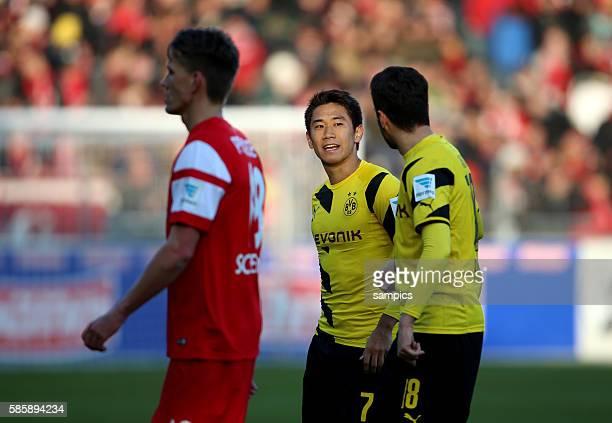 Shinji Kagawa und Nuri Sahin links Nils Petersen Fußball 1 Bundesliga SC Freiburg Borussia Dortmund 03 722015