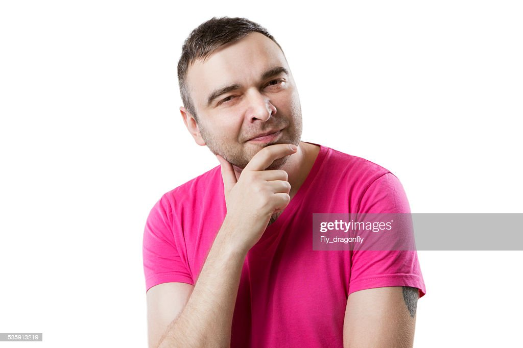 guy en una camiseta bizquear slyly parece bien : Foto de stock