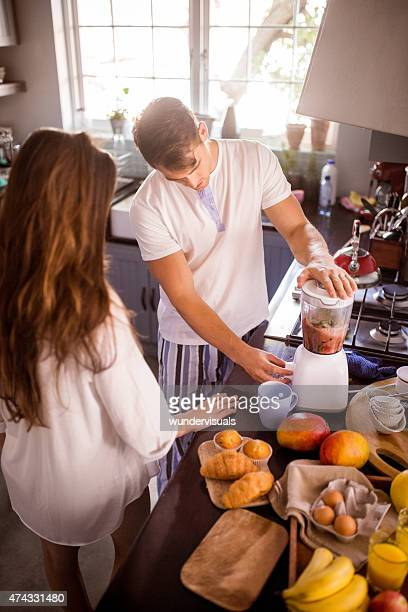 Guy quando si spreme una prima colazione per la sua fidanzata e proprio
