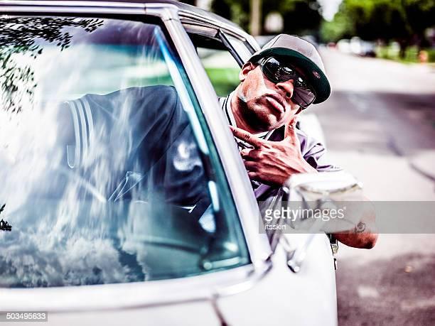 Homme posant avec sa voiture