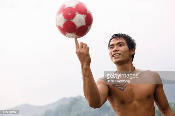 Guy filatura calcio sul dito