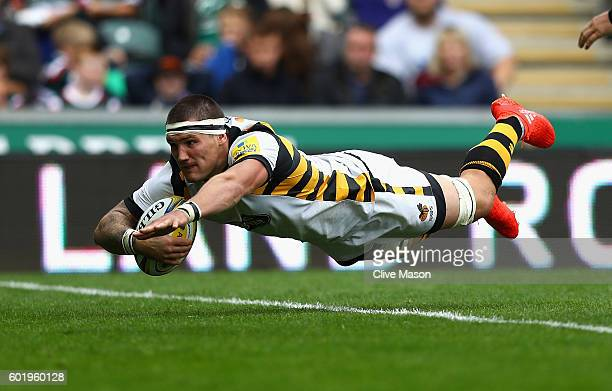 Guy Thompson of Wasps dives over to score a try during the Aviva Premiership match between Leicester Tigers and Wasps at Welford Road on September 10...