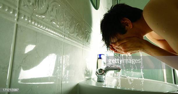 Mann Waschen Gesicht