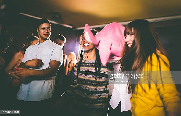 Guy con un cabezal de conejito con amigos en la fiesta