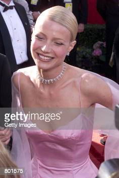 Gwyneth Paltrow arrives at the 71st Academy Awards March 21 1999 in Los Angeles CA