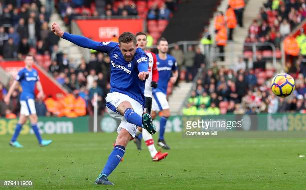 Gylfi Sigurdsson of Everton scores the first everton goal during the Premier League match between Southampton and Everton at St Mary's Stadium on...