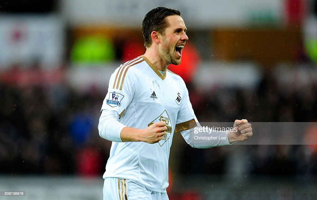 <a gi-track='captionPersonalityLinkClicked' href=/galleries/search?phrase=Gylfi+Sigurdsson&family=editorial&specificpeople=6401581 ng-click='$event.stopPropagation()'>Gylfi Sigurdsson</a> of Swansea City celebrates scoring his team's first goal during the Barclays Premier League match between Swansea City and Crystal Palace at the Liberty Stadium on February 6, 2016 in Swansea, Wales.