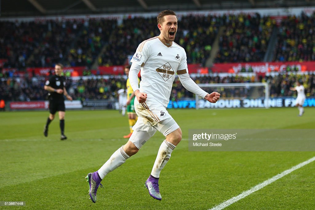 <a gi-track='captionPersonalityLinkClicked' href=/galleries/search?phrase=Gylfi+Sigurdsson&family=editorial&specificpeople=6401581 ng-click='$event.stopPropagation()'>Gylfi Sigurdsson</a> of Swansea City celebrates scoring his team's first goal during the Barclays Premier League match between Swansea City and Norwich City at Liberty Stadium on March 5, 2016 in Swansea, Wales.